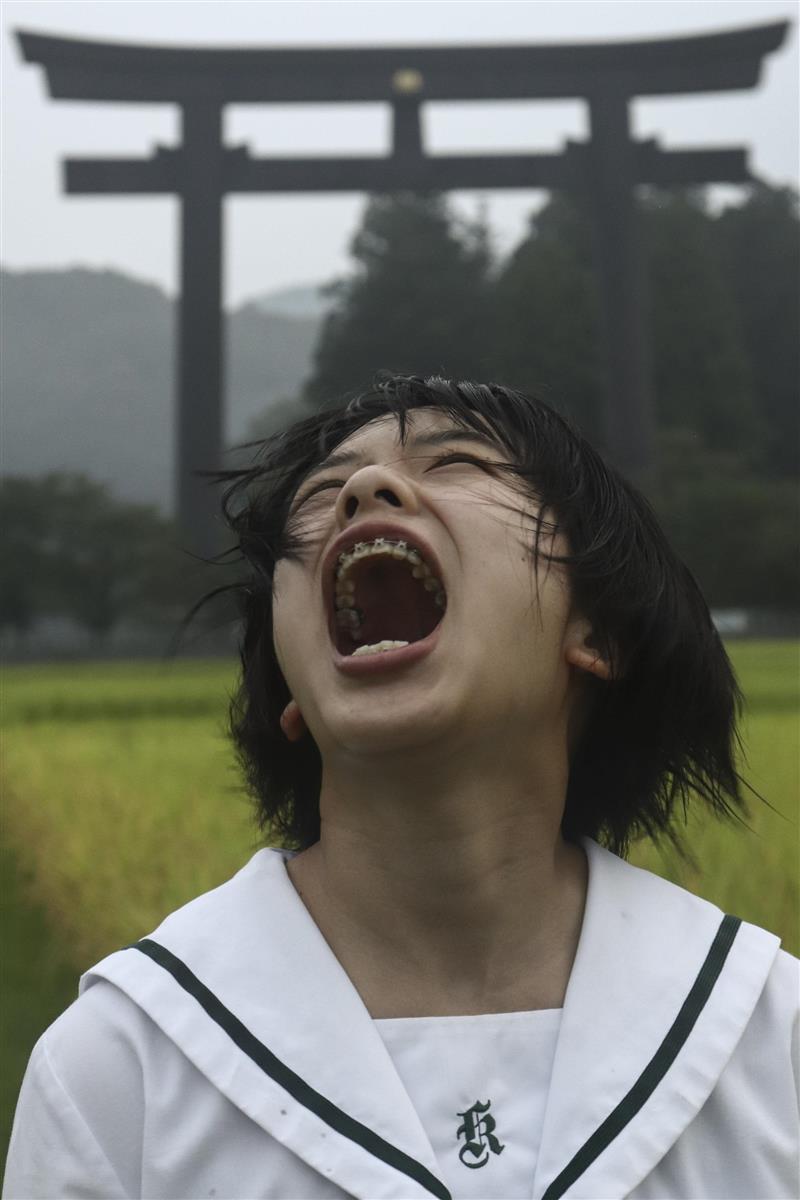 展示されている作品の一つで、熊野本宮大社の大鳥居前で叫ぶ女子生徒(和歌山県立神島高校写真部提供)