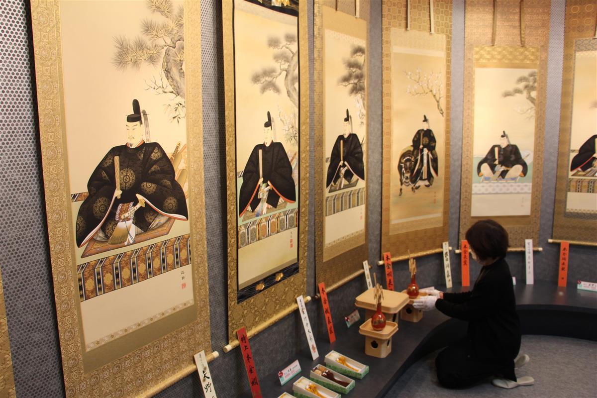 ずらりと並んだ菅原道真公の掛け軸=令和2年12月1日、福井市の人形店「人形のかぶと」