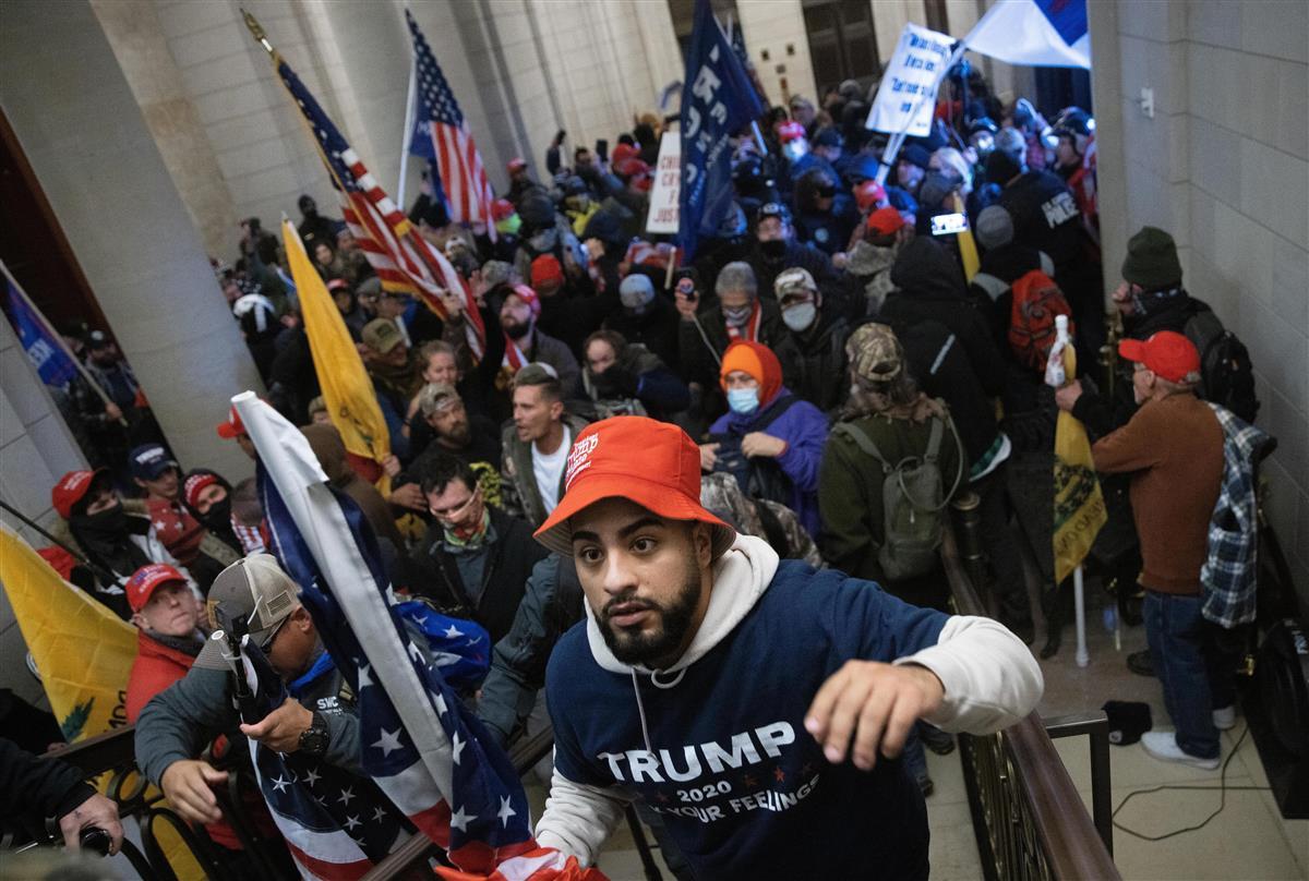 6日、米ワシントンの連邦議会議事堂内に乱入したトランプ大統領の支持者ら(ゲッティ=共同)