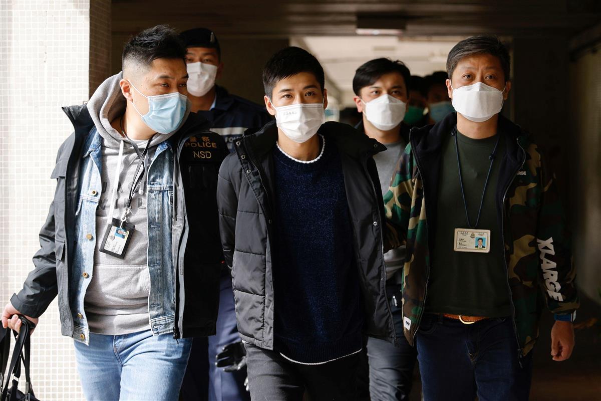 6日、香港警察に連行される民主派活動家(ロイター)