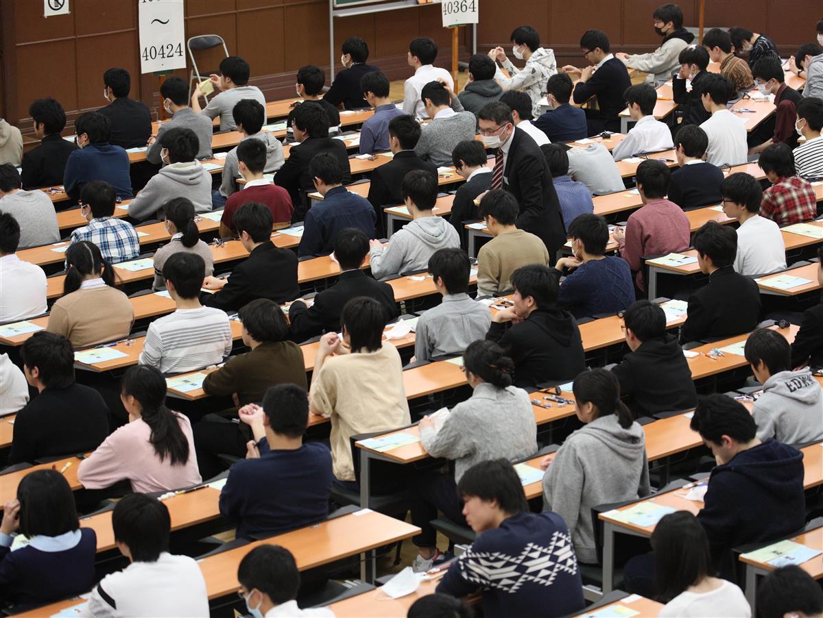 東京大学の入試の様子=2020年2月、東京都文京区