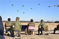 岸防衛相、空挺団降下訓練視察 「必要な訓練で高い技量を維持」