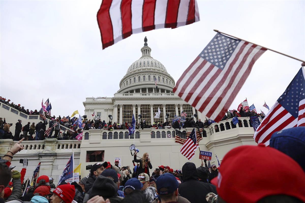 6日、米ワシントンの連邦議会議事堂の前で抗議するトランプ大統領の支持者(AP)