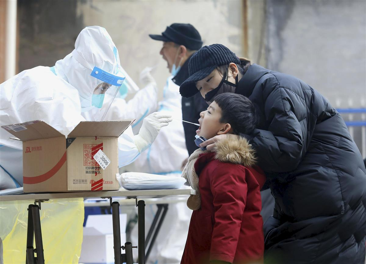 中国河北省石家荘市でPCR検査を受ける子ども=12日(共同)