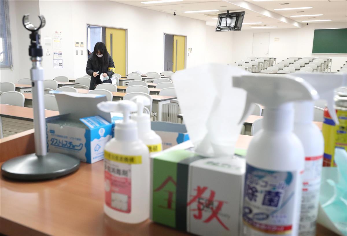 大学入学共通テストに向けて、各教室には消毒液が準備されていた=15日午前9時47分、大阪府豊中市(鳥越瑞絵撮影)