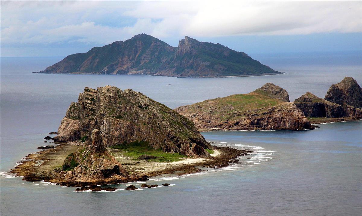 東シナ海上空から見た尖閣諸島。手前から南小島、北小島、魚釣島=沖縄・尖閣諸島(鈴木健児撮影)