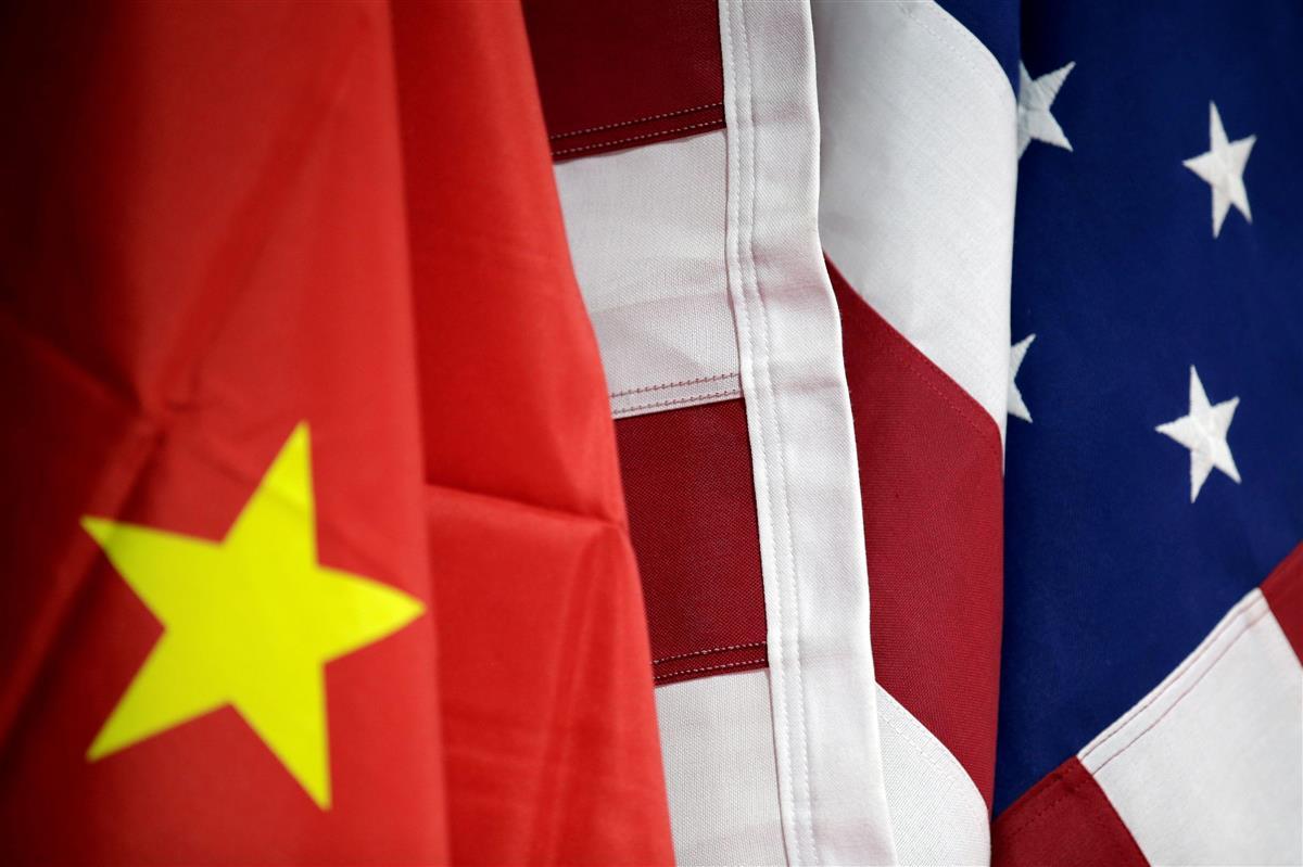 米国と中国の国旗=2019年5月、北京(ロイター)