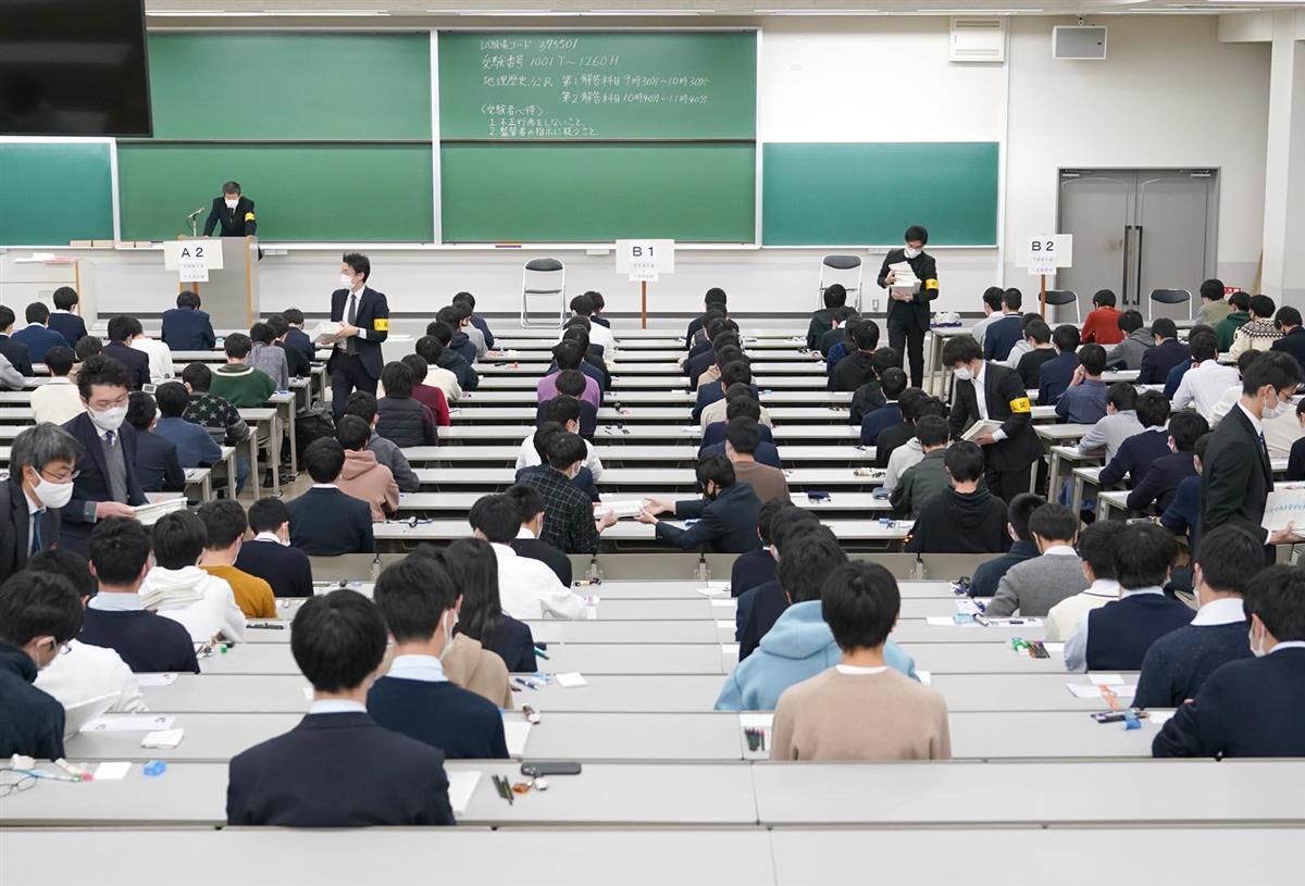 大学共通入学テストの開始を待つ受験生=16日午前、兵庫県西宮市の関西学院大学(沢野貴信撮影)