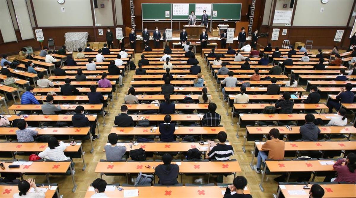 大学入学共通テストに臨む受験生ら。座席は間隔を空けている=16日午前、東京都文京区の東京大学(萩原悠久人撮影)