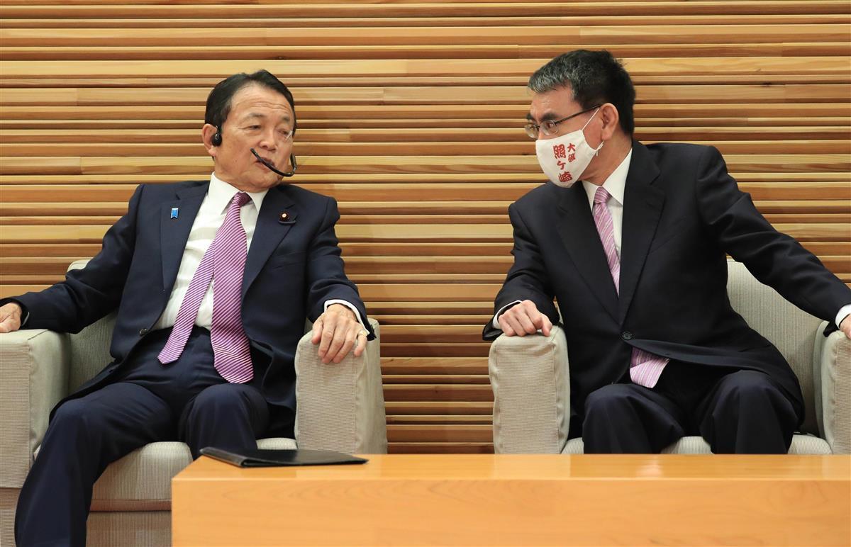 臨時閣議に臨む麻生太郎副総理兼財務相 予算案の組み替えを否定 麻生 ...