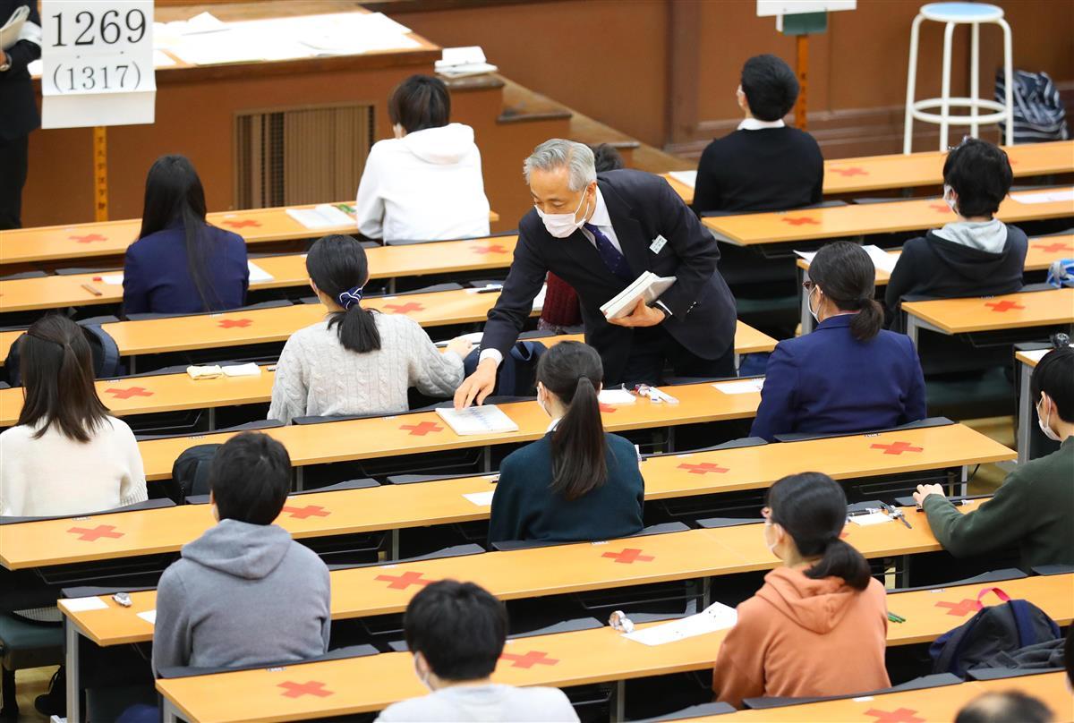 大学入学共通テストに臨む受験生ら。間隔を空けて座っていた=16日午前、東京都文京区の東京大学(萩原悠久人撮影)