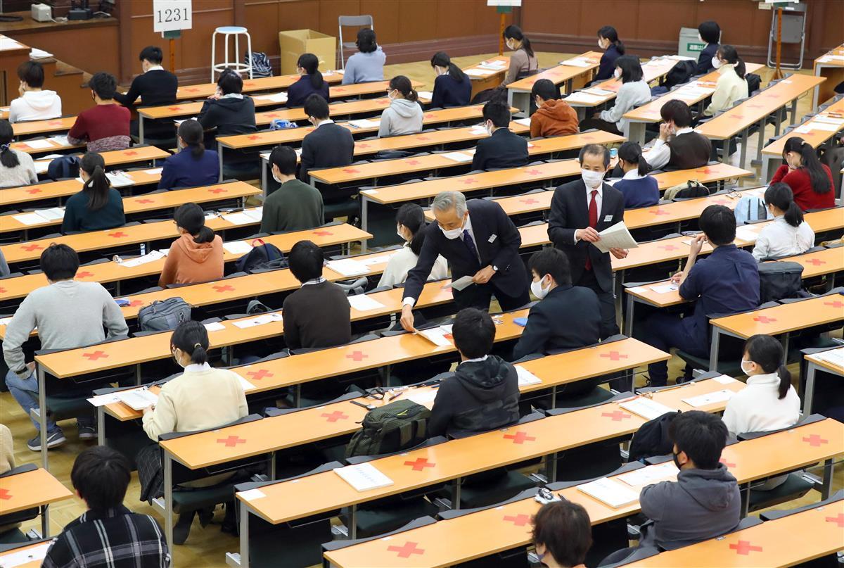 大学入学共通テストに臨む受験生=16日、東京都文京区の東京大学(萩原悠久人撮影)