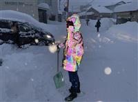 記録的大雪の北陸で話題さらった虹色に輝く雪かき写真