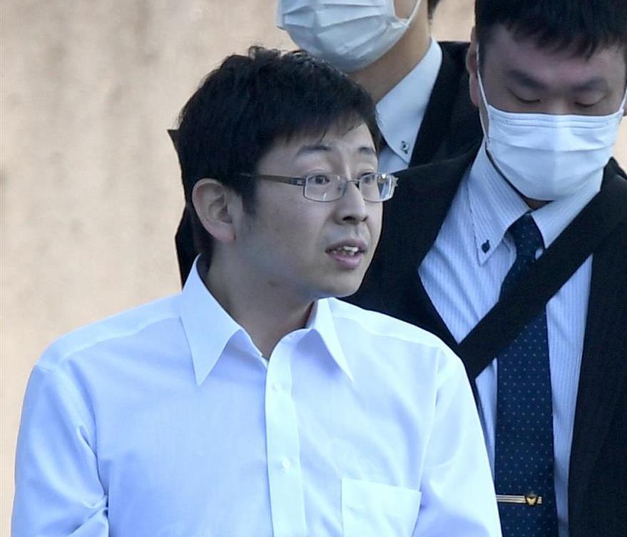 大阪府警関西空港署からマスクをしないまま送検される奥野淳也容疑者=21日午前10時5分(安元雄太撮影)