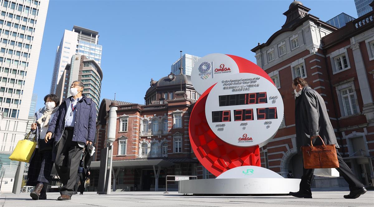 東京五輪開会式までの日数が182日と表示されたカウントダウンクロック=22日午前、東京駅前(萩原悠久人撮影)