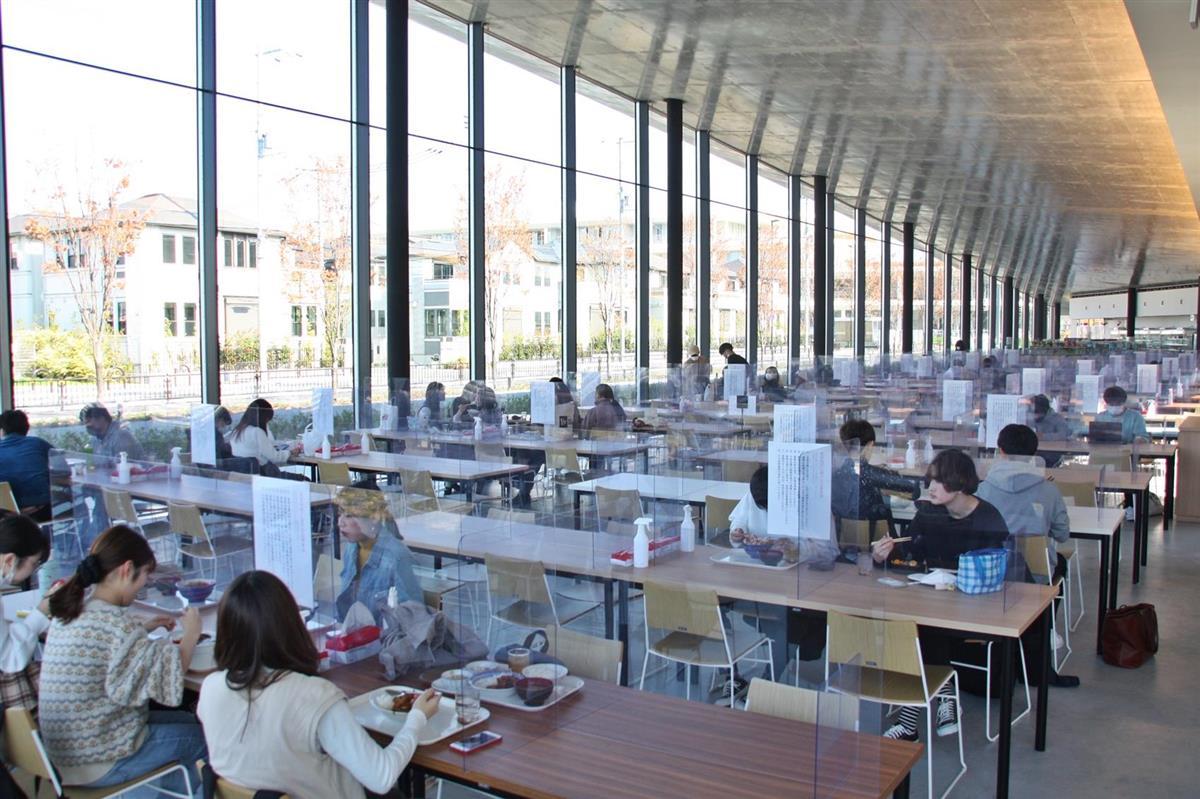 一席ずつパネルで仕切られた食堂=大阪府茨木市の追手門学院大