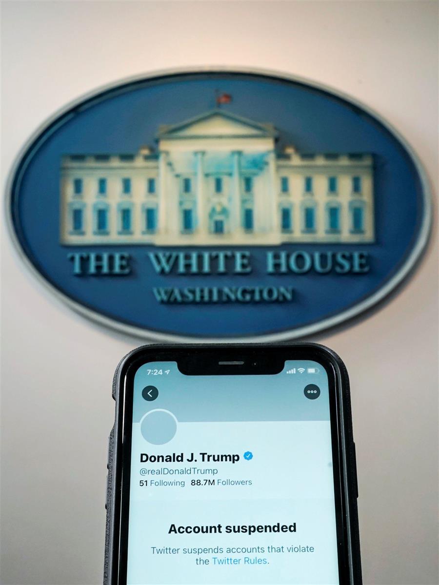 8日、携帯電話に表示された、凍結されたトランプ大統領(当時)のツイッターのアカウント (ロイター)