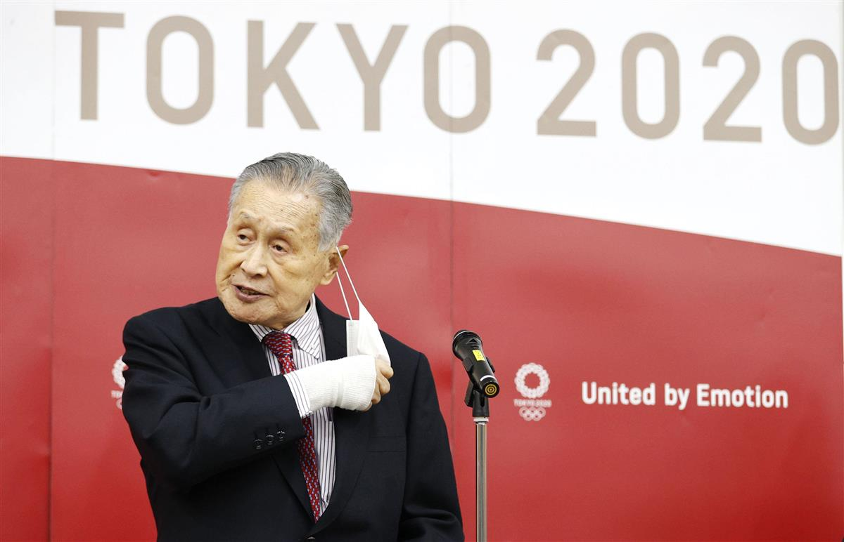 IOCのバッハ会長とのテレビ電話会談を終え、記者団の取材に臨む東京五輪・パラリンピック組織委員会の森喜朗会長=28日午後、東京都中央区