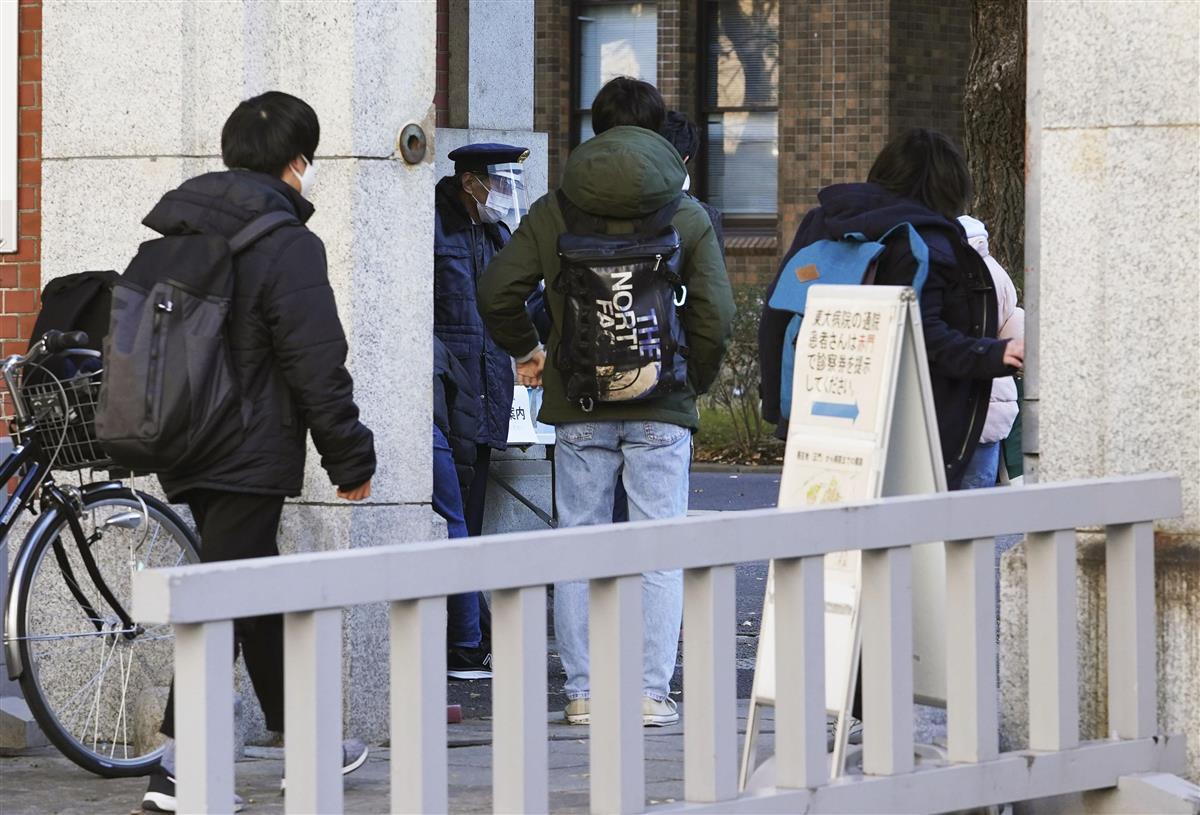 大学入学共通テスト第2日程の会場に向かう受験生=30日午前、東京都文京区の東大