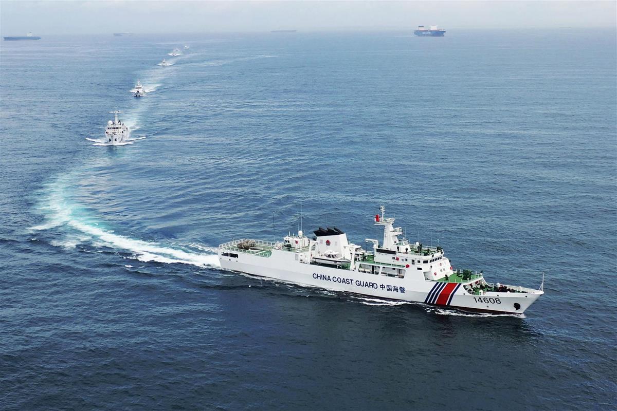 パトロールする中国海警局の艦船=2020年7月(新華社=共同)