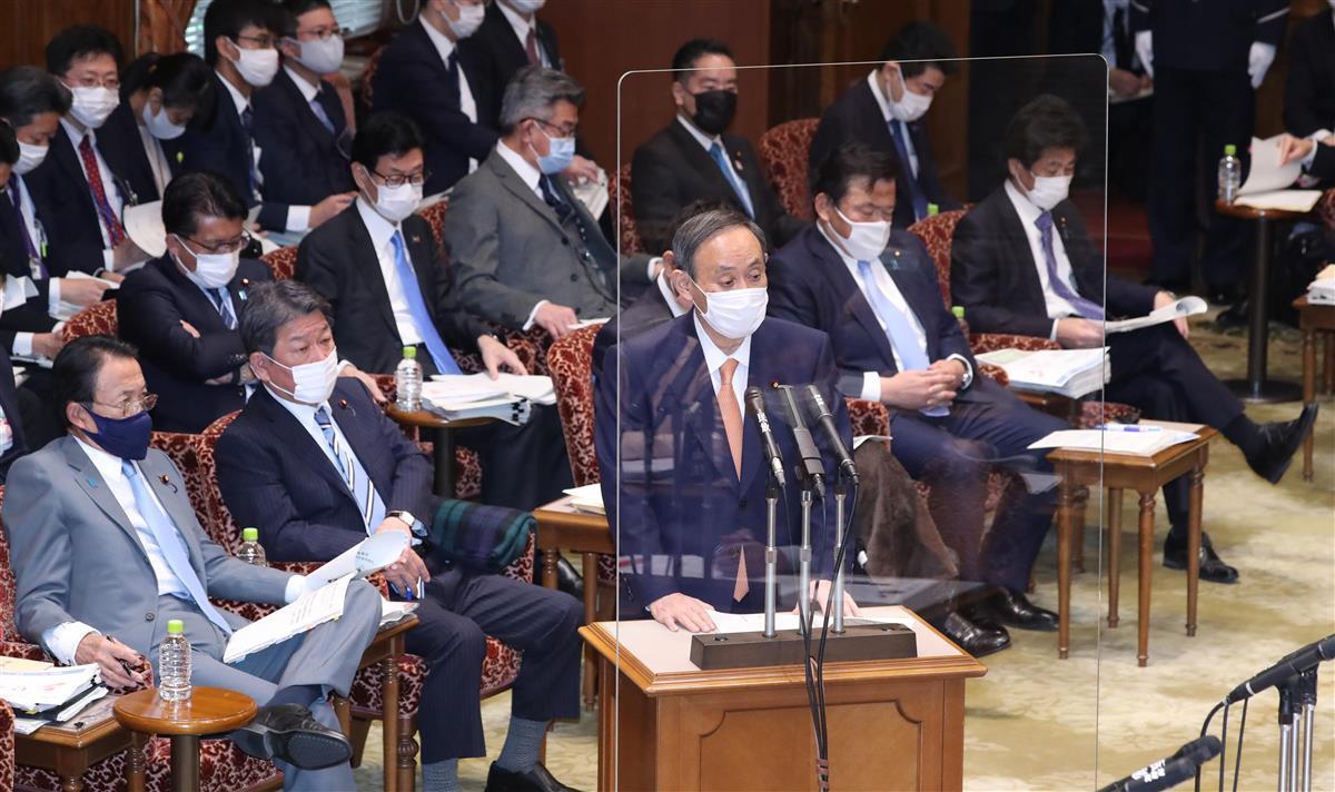 参院予算委員会で答弁する菅義偉首相=1月28日午前、国会・参院第1委員会室(春名中撮影)