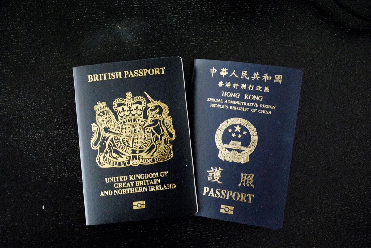 香港市民の「英国海外市民(BNO)」旅券(左)と香港特別行政区旅券(共同)