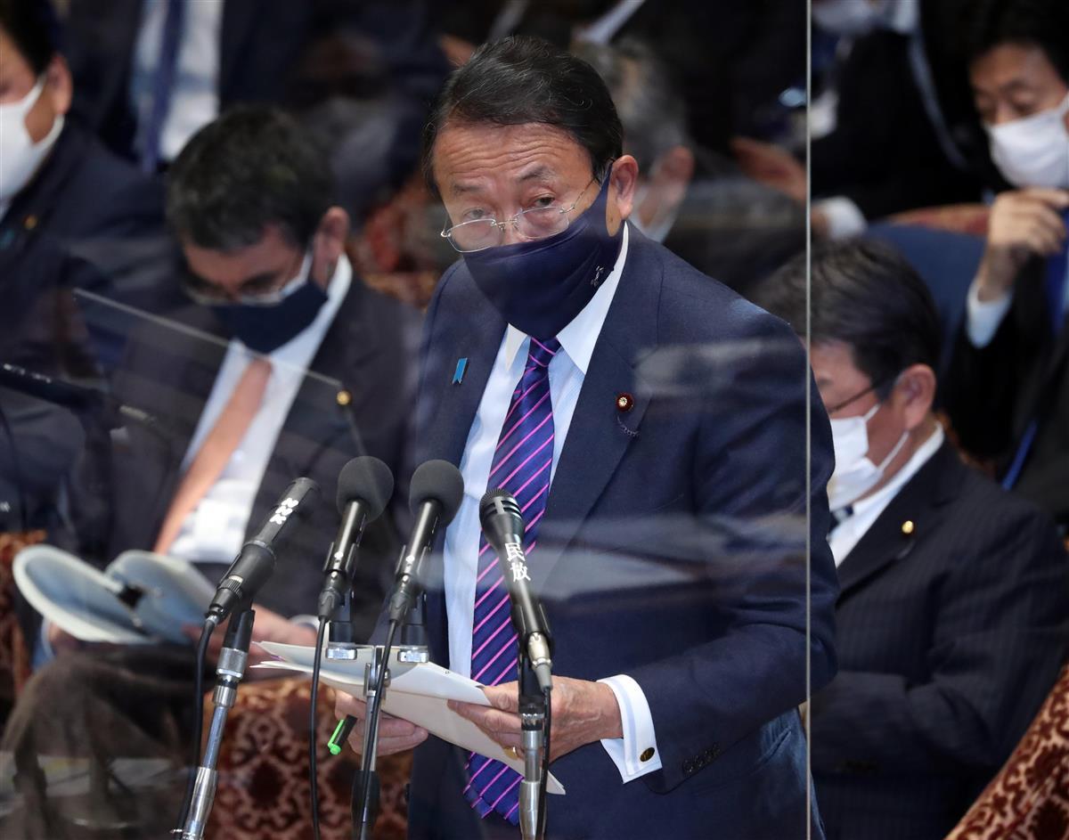 衆院予算委員会で答弁する麻生太郎副総理兼財務相=4日午後、国会・衆院第1委員室(春名中撮影)