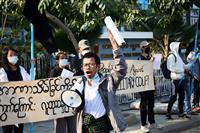ミャンマー国軍がフェイスブック遮断 デモで初の逮捕者