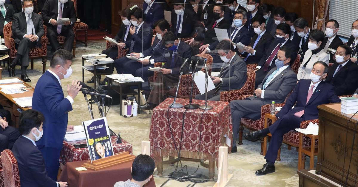 衆院予算委員会でで質問する立憲民主党・森山浩行氏(左)。右は菅義偉首相=5日午前、国会・衆院第1委員室(春名中撮影)