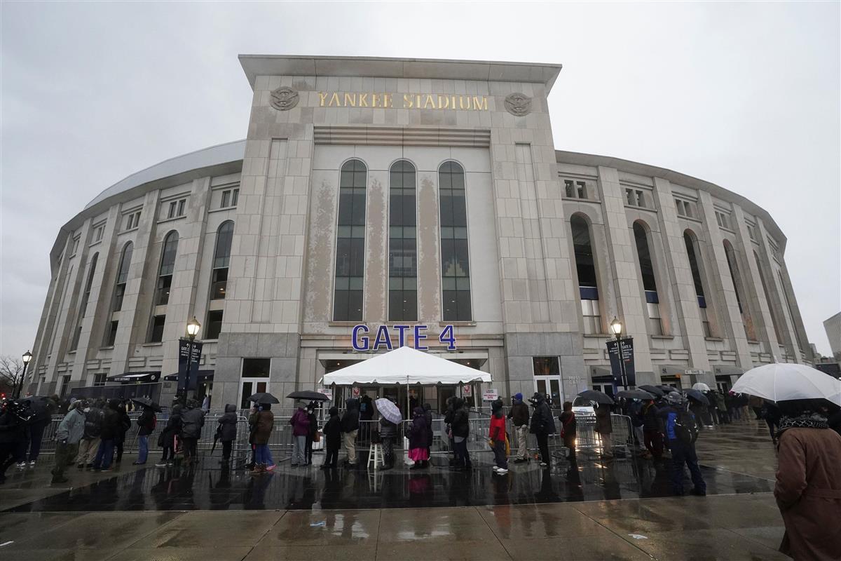 5日、ニューヨーク市ブロンクスのヤンキースタジアムで、新型コロナウイルス感染症ワクチンの接種に並ぶ人々(ロイター)