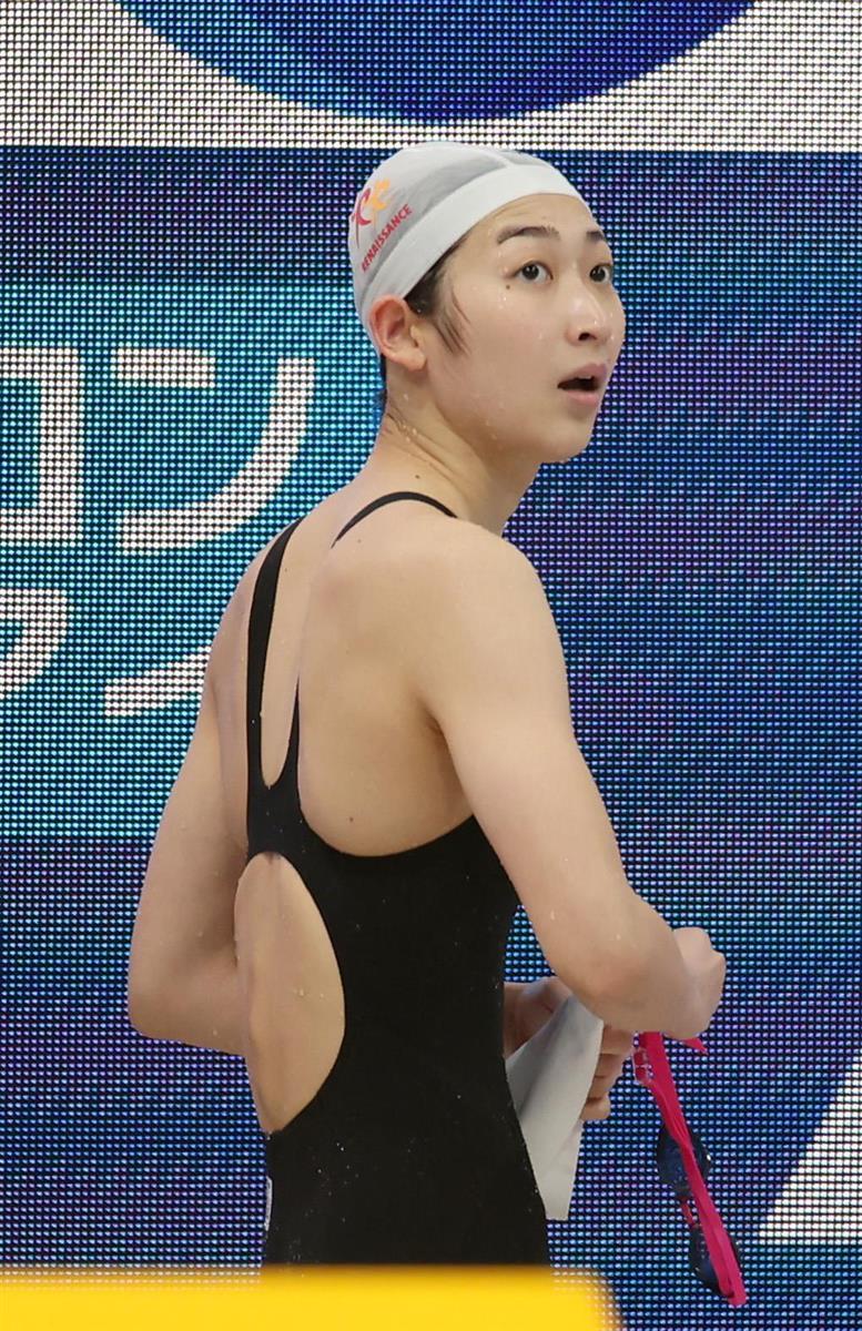 【競泳ジャパンオープン4日目】*女子50メートル自由形 予選* レースを終え、引き揚げる池江璃花子=7日、東京アクアティクスセンター(川口良介撮影)