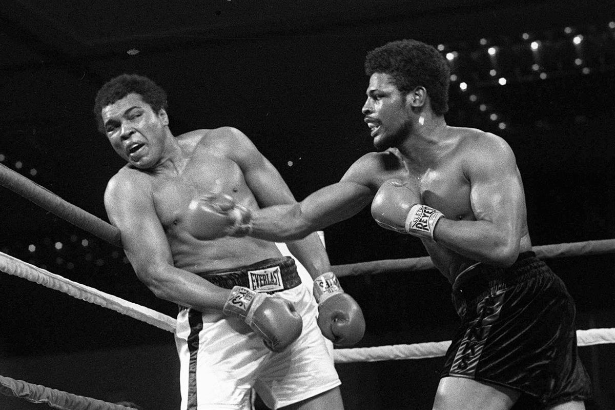 モハメッド・アリ選手に右フックを放つレオン・スピンクス選手(右)=1978年2月15日、米ラスベガス(AP)