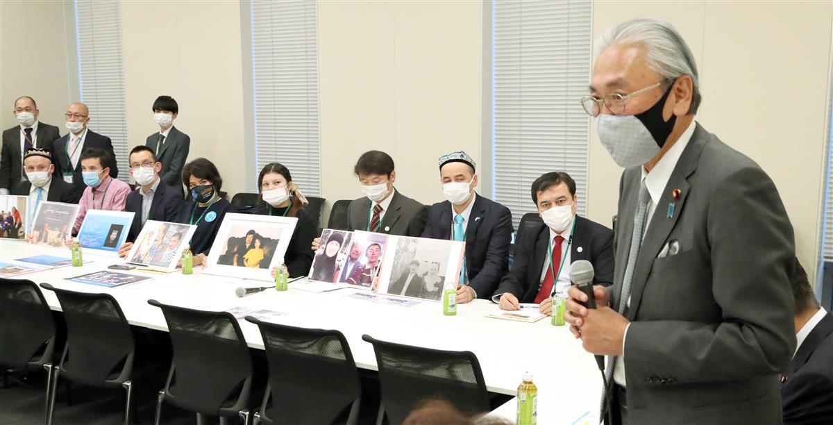 日本ウイグル議連の総会で発言する古屋圭司会長。後方は日本ウイグル協会のメンバーら=令和2年11月18日、国会内(春名中撮影)