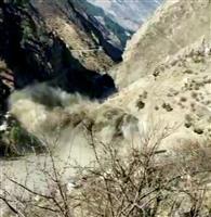インドで氷河崩壊、川氾濫 7人死亡125人不明