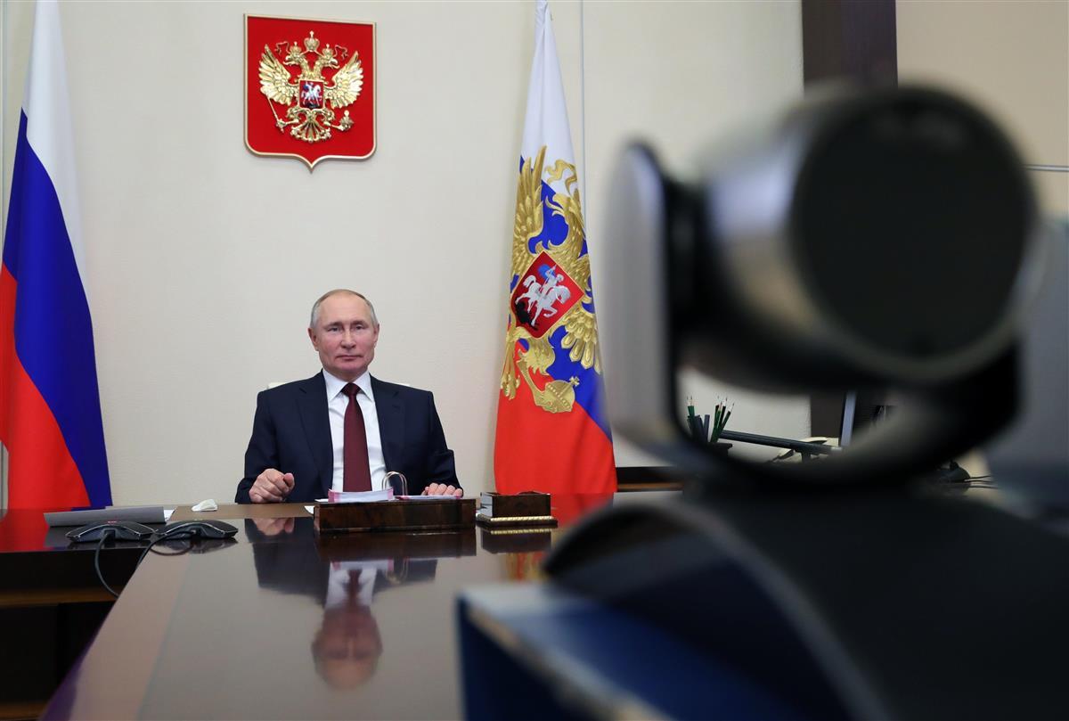 ビデオ会議に参加するプーチン露大統領=2月8日、モスクワ(AP)