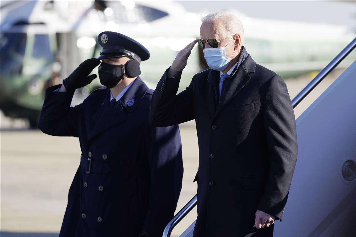 バイデン米大統領=2月8日、メリーランド州アンドルーズ空軍基地(AP)