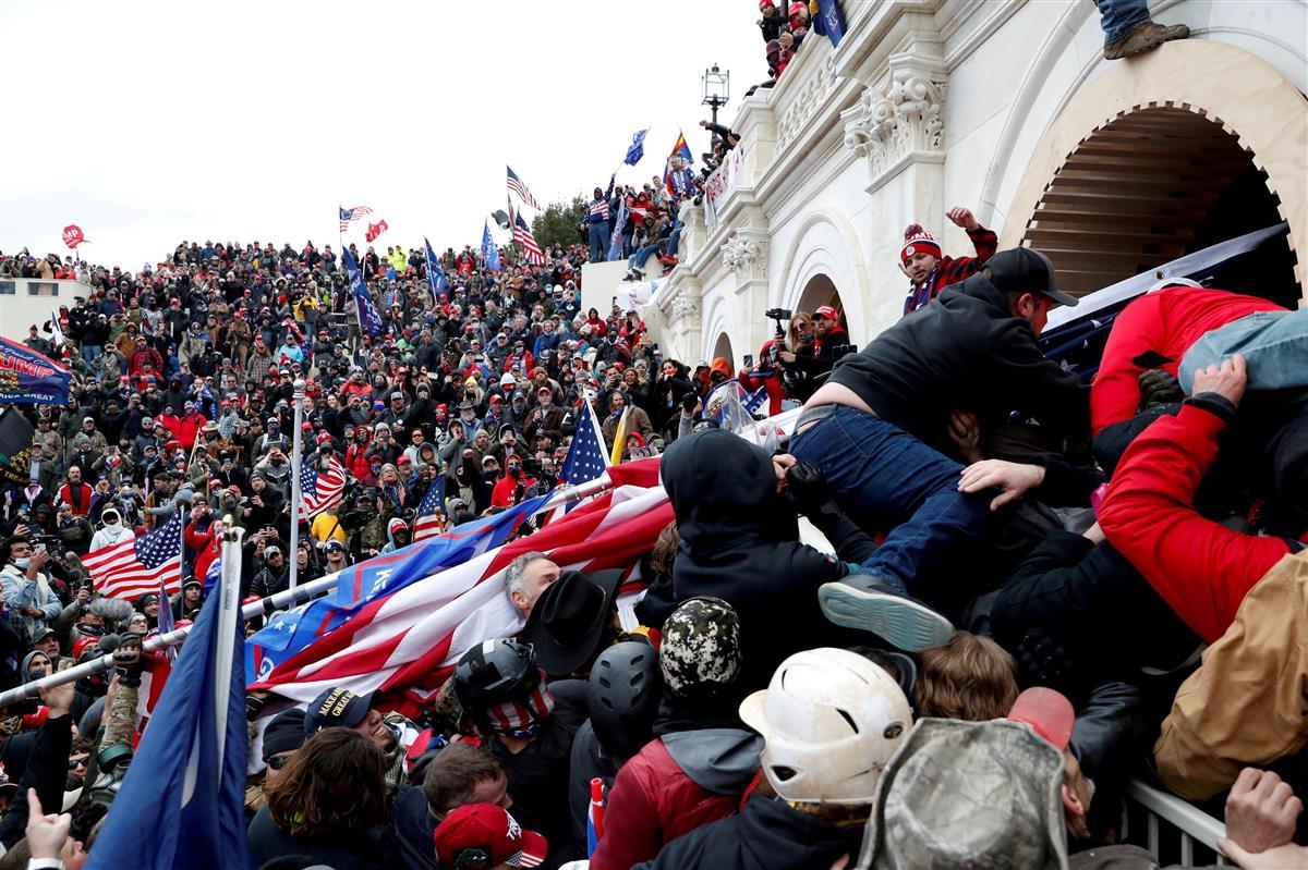 米ワシントンで連邦議会議事堂になだれ込むトランプ大統領の支持者(ロイター=共同)