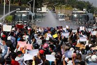 ミャンマー、ゴム弾で女性重体 デモ参加者は増加の一途