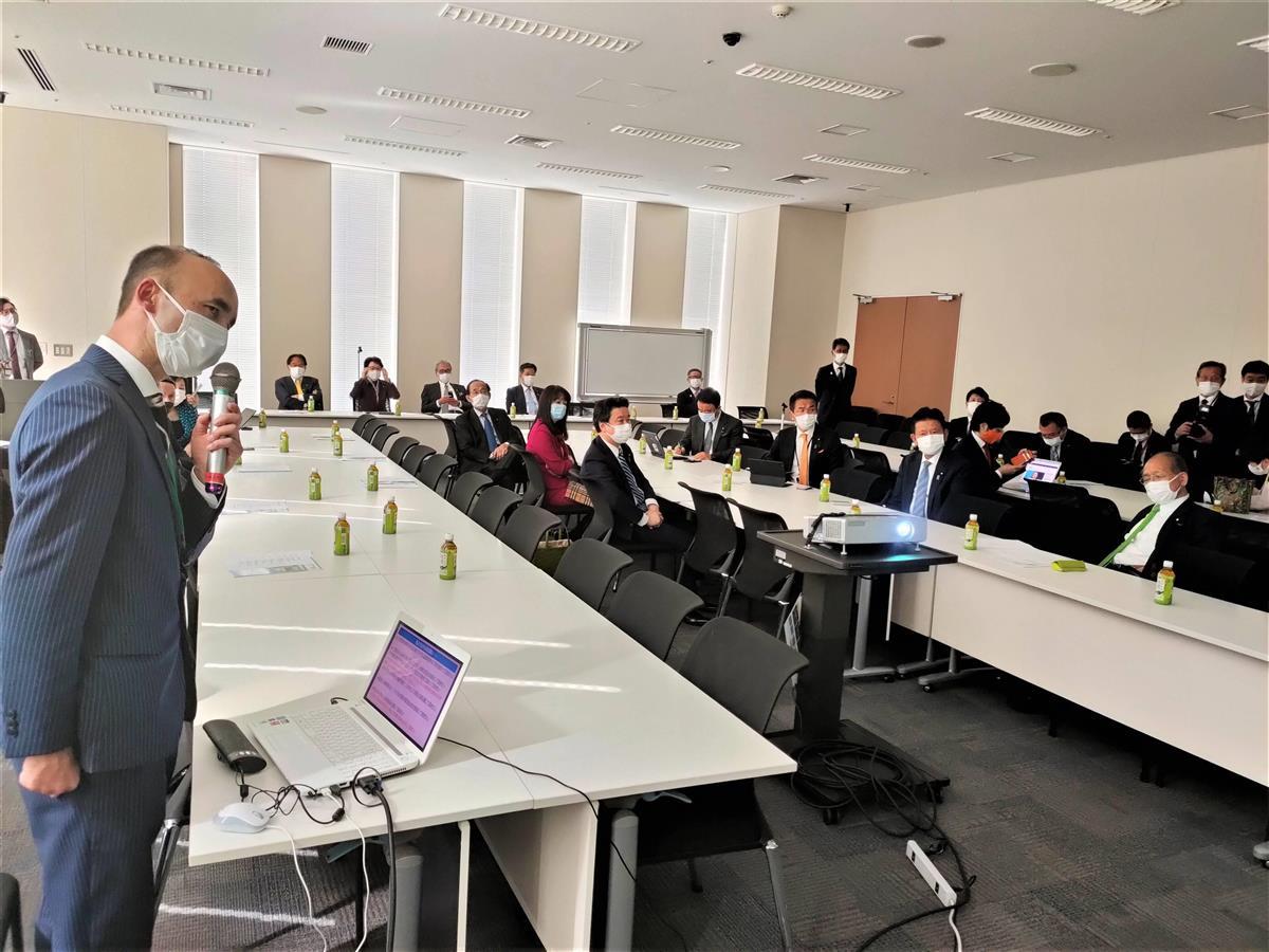 超党派に発展改組したウイグル議員連盟の会合で、中国当局によるウイグルの人々への人権弾圧について報告する日本ウイグル協会のレテプ・アフメット副会長(左)=10日昼、衆院第二議員会館(奥原慎平撮影)