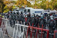 ミャンマー警官隊、実弾発射の可能性 女性重体