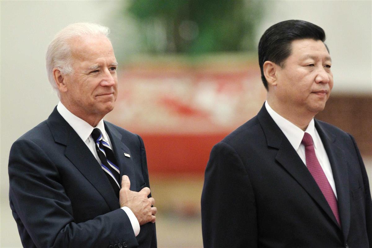 2011年8月の訪中時、歓迎式典に臨むバイデン米副大統領(当時、左)と中国の習近平国家副主席(当時)=北京(共同)