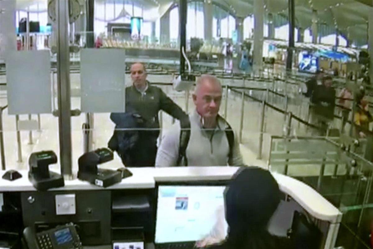 2019年12月、トルコのイスタンブール空港で防犯カメラに写ったマイケル・テイラー容疑者(中央)(AP)