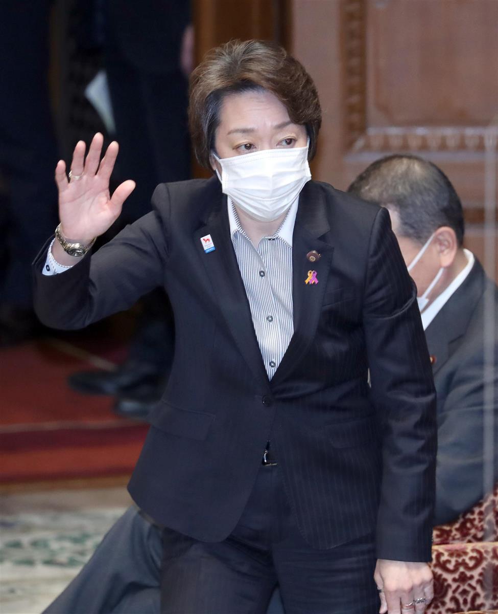 衆院予算委の一般質疑で、答弁のために挙手する橋本五輪相=12日午前