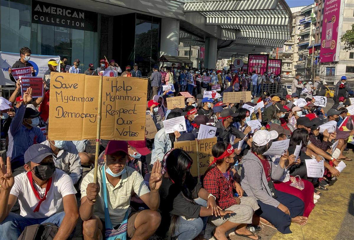 11日、ミャンマー・ヤンゴンで行われた国軍のクーデターに抗議するデモ(AP)
