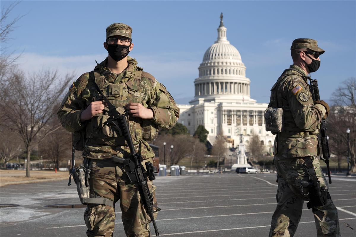 9日、米ワシントンの連邦議会議事堂の周辺で警戒に当たる兵士(AP)