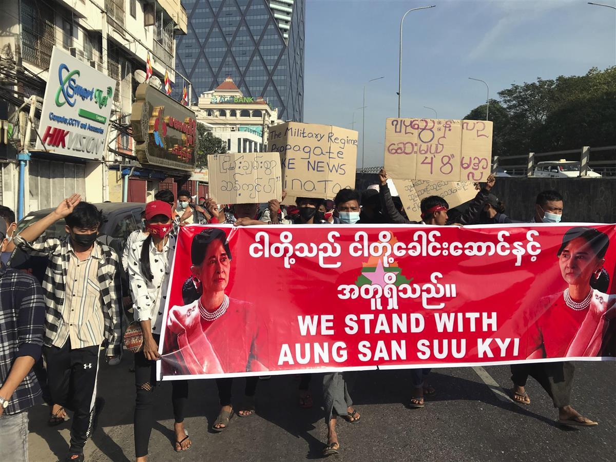 12日、ミャンマー最大都市ヤンゴンで、アウン・サン・スー・チー氏の解放を求めデモ行進する市民ら(共同)