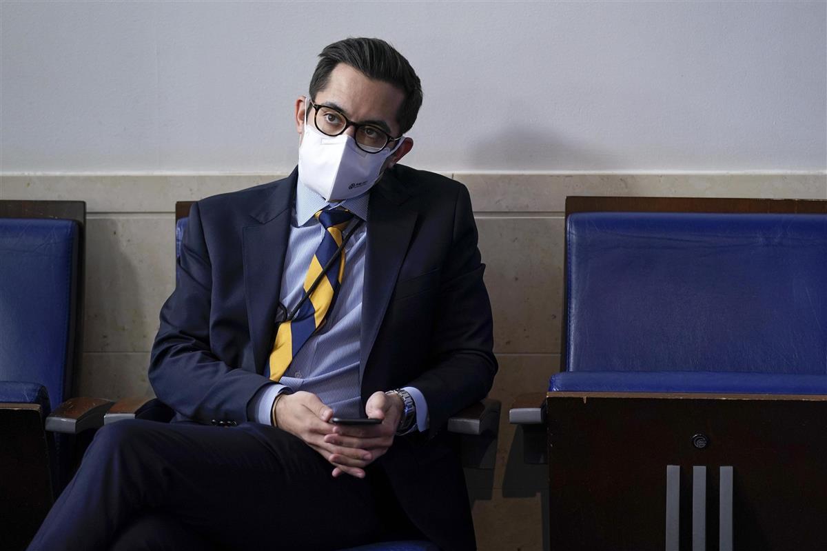 米ホワイトハウスで記者会見を聞くダックロー大統領副報道官=9日(AP)