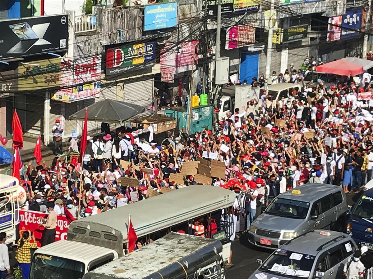 12日、ミャンマー最大都市ヤンゴンで、クーデターへの抗議デモに集まった大勢の人たち(共同)