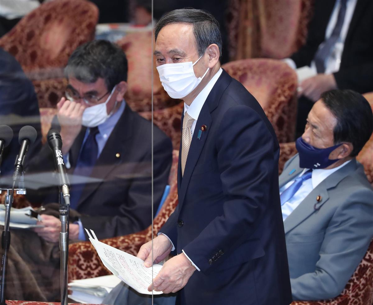 衆院予算委員会で答弁に臨む菅義偉首相=15日午前、国会・衆院第1委員室(春名中撮影)