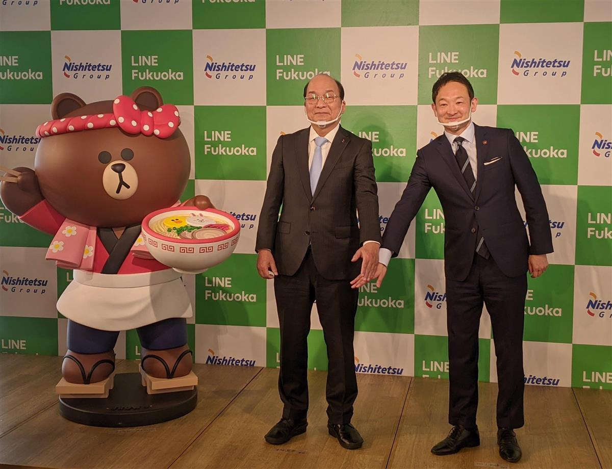 連携協定を締結した西日本鉄道の倉富純男社長(左)とLINE福岡の鈴木優輔最高執行責任者